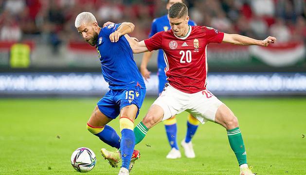 Moi San Nicolás disputant una pilota amb l'hongarès Sallai, ahir al Puskás Aréna de Budapest.