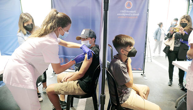 Vacunació dels escolars a la plaça de braus, ahir.