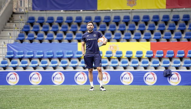 Sarabia donant instruccions a l'equip a l'Estadi Nacional.