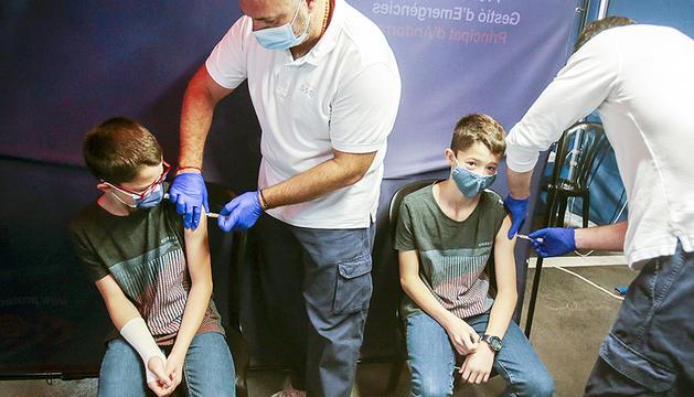 Dos bessons vacunant-se alhora.