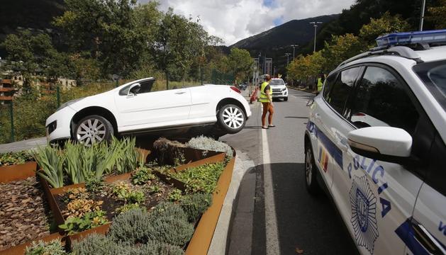 Un dels cotxes ha acabat sobre l'escultura deVivand