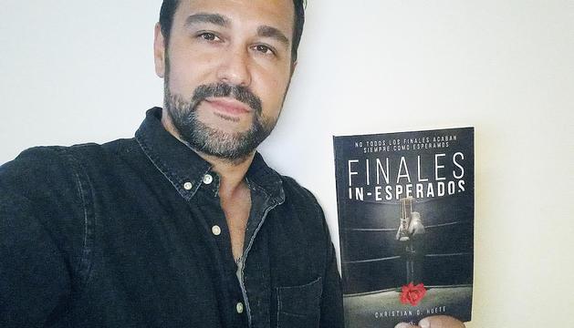 L'autor amb la novel·la 'Finales in-esperados'.