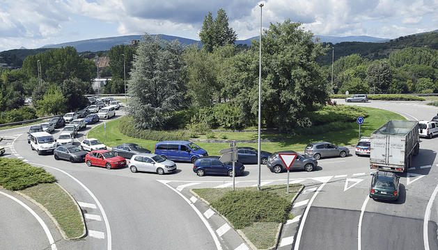 Cotxes aturats per accedir a l'N-145 en direcció a Andorra, ahir al matí.