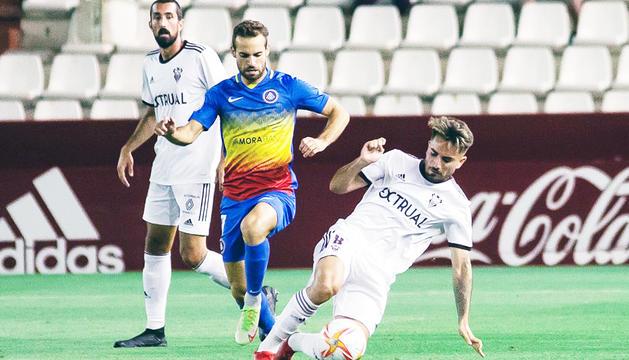 Hector Hevel lluita per la pilota amb Fran Álvarez, migcampista de l'Albacete, ahir al Carlos Belmonte.