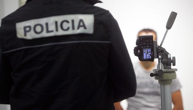 Prova pilot d'un agent de policia amb un sistema biomètric.