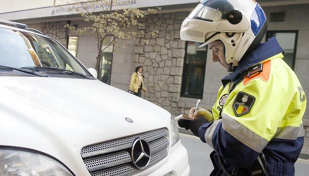 Un agent es disposa a sancionar un vehicle.