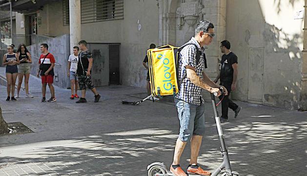 Un treballador de Glovo en patinet per Lleida.