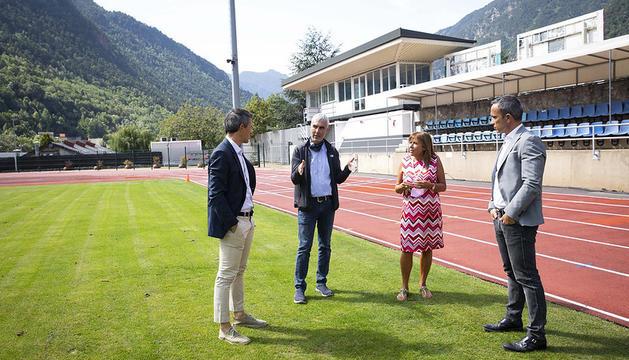Les autoritats visitant l'Estadi Comunal Joan Samarra Vila