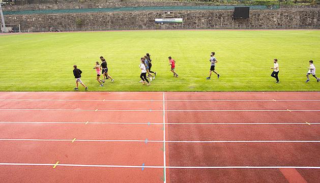 Atletes entrenant ahir a l'Estadi Comunal Joan Samarra.