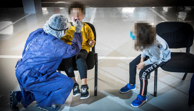 Un sanitari realitzant una TMA a un nen.