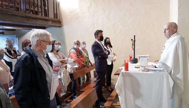 Missa a l'església de Sant Pere del Serrat.