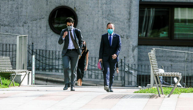 El cap de Govern, Xavier Espot, acompanyat pel seu equip més proper entrant al Consell General.