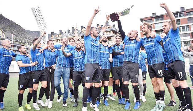 L'Inter Club Escaldes, campió de Copa Constitució i Supercopa, celebrant el darrer títol de lliga, al juny.