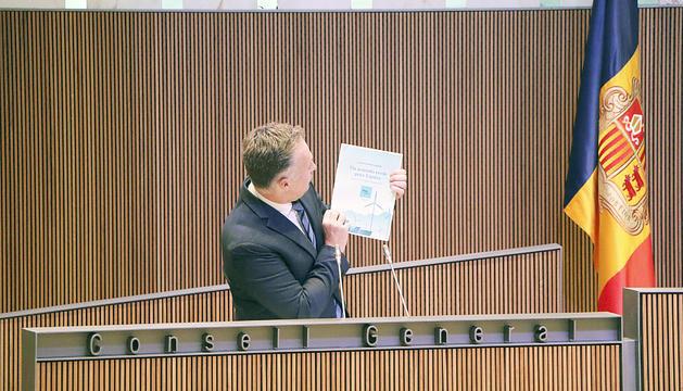 Ferran Costa exhibint el document de Más País durant la seva intervenció.