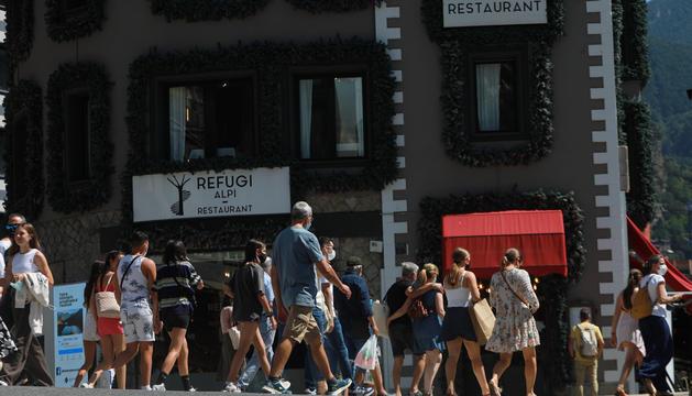 Turistes aquest estiu a l'eix comercial.
