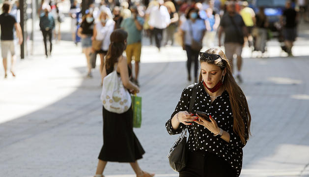 Una turista consumint dades a través del seu mòbil.