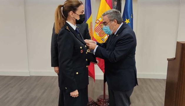 Àngel Ros imposa la Creu a Fátima Romero
