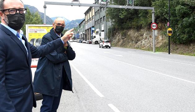 Víctor Filloy i Jaume Bonell ahir mostrant els semàfors pedagògics