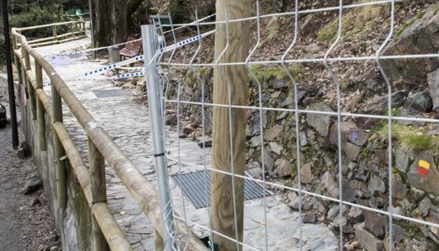 Treballs de de protecció contra la caiguda de rocs al rec del Solà.