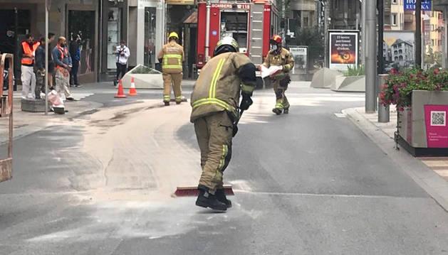 Els bombers, traballant al lloc dels fets.