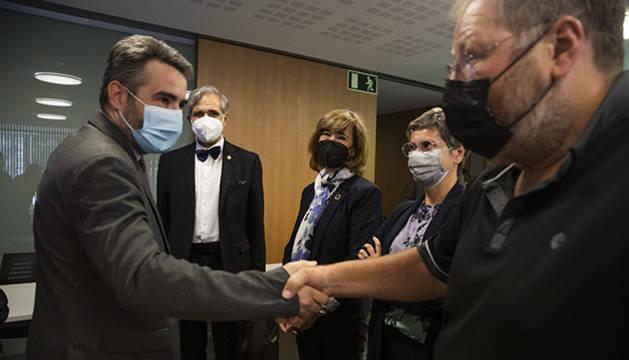 Eric Jover i Jordi Font saludant-se davant de José Antonio Herce i Yolanda Valdeolivas.