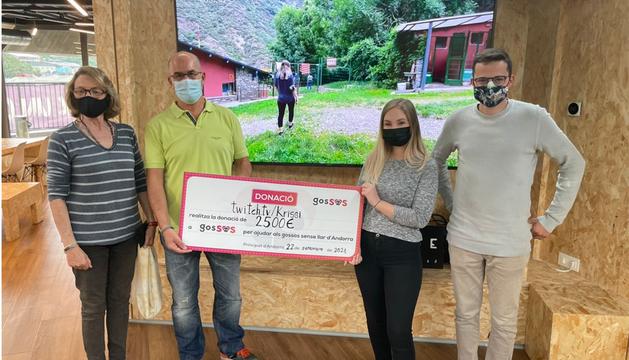 Krissi, una 'streamer' resident al país, ha donat el txec de 2.500 euros a gosSOS.