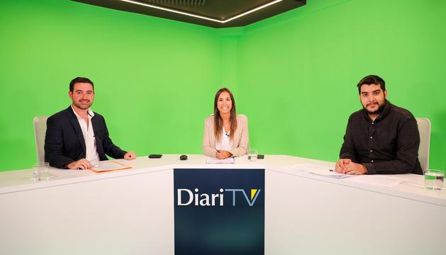 El president dels joves de DA, Adrià Espineta, la moderadora, Lídia Raventós, i el secretari d'organització del PS, Pere Baró.