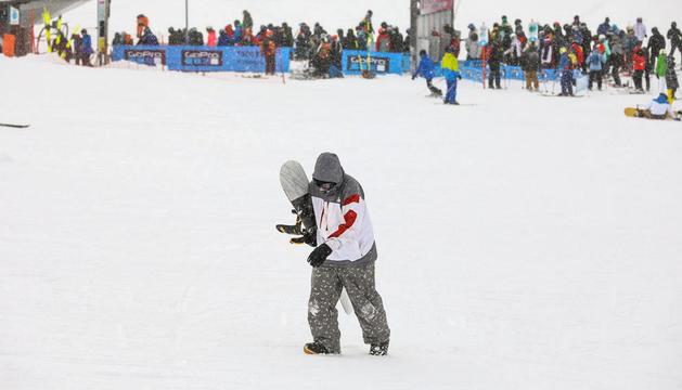 Un esquiador i cues de clients, l'hivern passat.