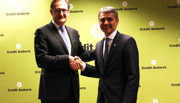 Xavier Cornella, director general de Crèdit Andorrà, i Vicenç Voltes, president de la Trobada Empresarial al Pirineu signant el conveni el 2018.