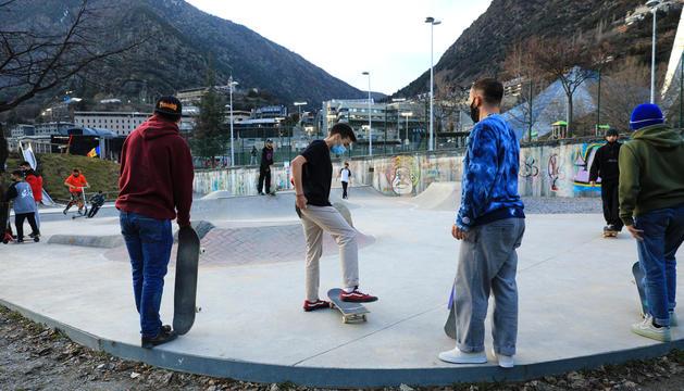 Joves en un 'skate park'.