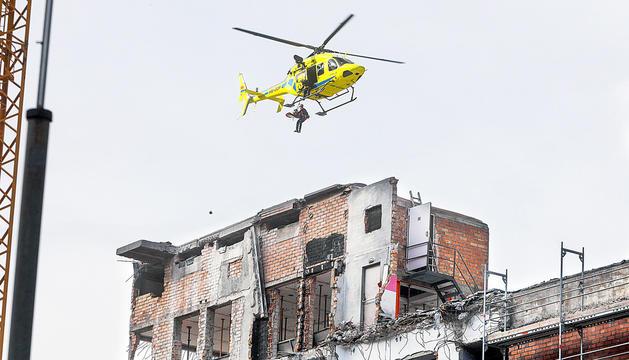 L'helicòpter intervenint per agilitzar el rescat de la víctima.