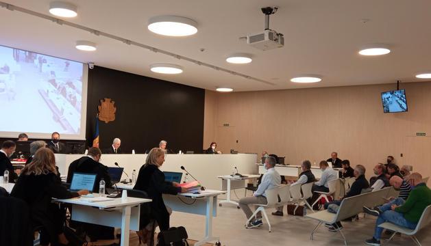Advocats, processats i magistrats, minuts abans de l'inici de la vista celebrada ahir al Tribunal de Corts.