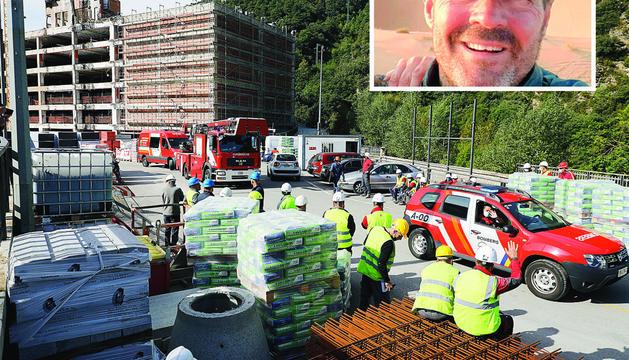 Els bombers retirant-se del lloc de l'accident i, en petit, l'empresari difunt, Jordi Tuneu.