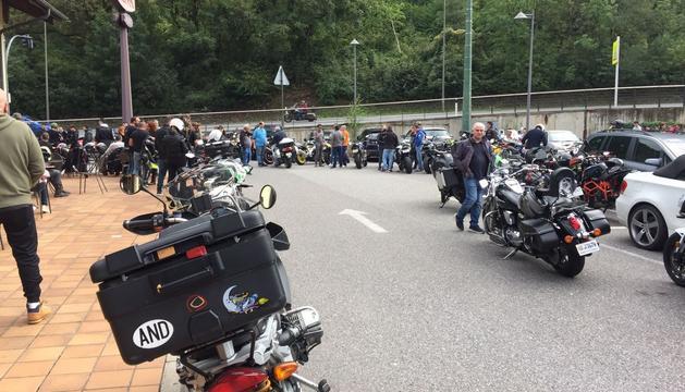 Les motocicletes han fet un recorregut conjunt des del restaurant Viena, a Santa Coloma, fins a l'església escaldenca.