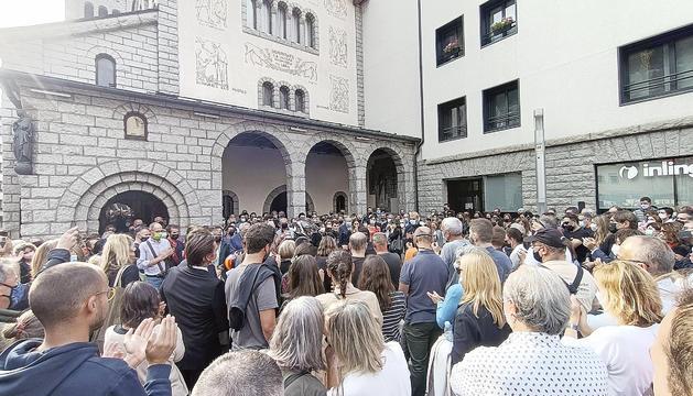 Els presents omplien la plaça i els voltants de l'església.