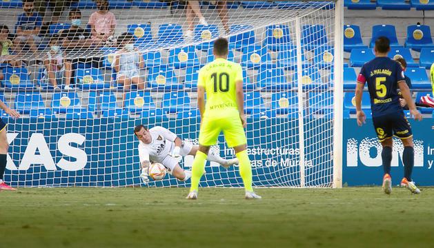 El porter local, Biel Ribas, intercepta una de les arribades del conjunt tricolor.