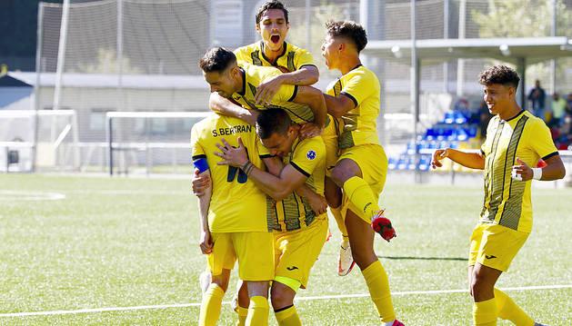 Els jugadors de l'UESantaColoma celebren un gol.
