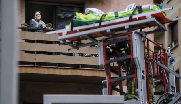El malalt és baixat pels bombers al camió escala
