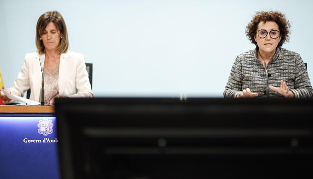 La ministra d'Afers Socials, Joventut i Igualtat, Judith Pallarés, i la ministra d'Educació i Ensenyament Superior, Ester Vilarrubla, han presentat l'abonament Bus Jove.