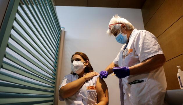 Una infermera administrant un vaccí.