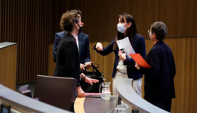 La consellera demòcrata Mònica Bonell conversant amb els consellers del PS.