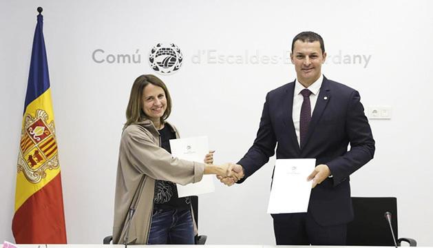 Rosa Gili i Jordi Gllardo signant el conveni.