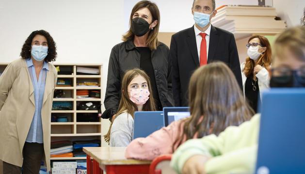 Ester Vilarrubla i Jordi Nadal, en la visita d'un centre escolar a Ordino