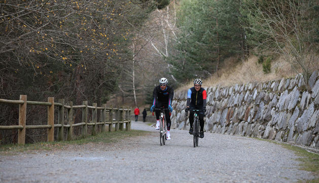 Ciclistes al camí de les Pardines.