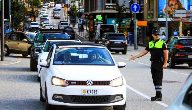 Vehicles al carrer de la Unió entre Andorra la Vella i Escaldes-Engordany.