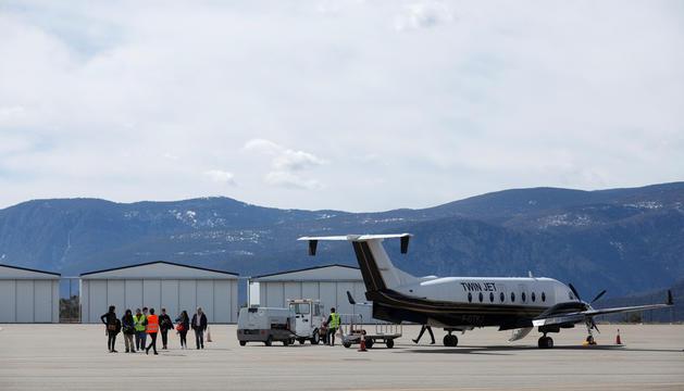 Aeronau i passatgers a l'aeroport.