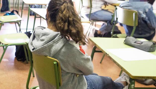 Una alumna en un centre educatiu del Principat.
