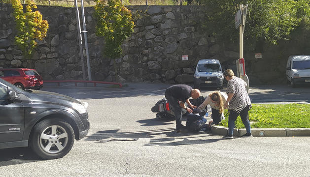 Diverses persones s'han acostat a socórrer el motorista ferit