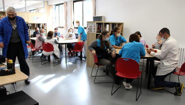 Usuaris de la fundació en un taller.