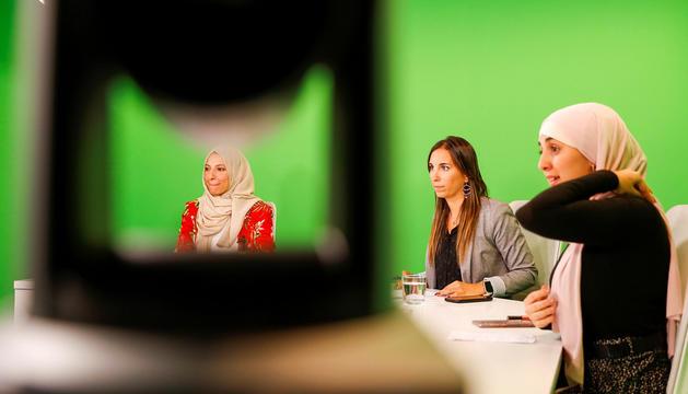 Hayat Agharbi i Salima Raguig amb la periodista Lídia Raventós durant el debat 'L'última paraula', de Diari TV.